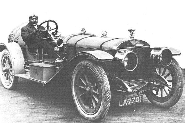 Jack Johnson in de Austin Grand Prix racewagen van 1908.