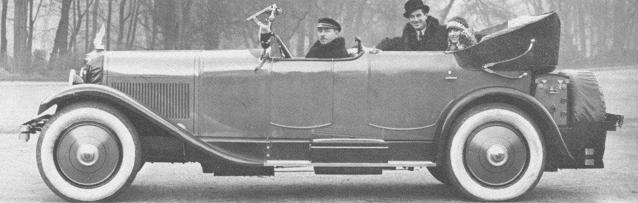 Voisin C12 Cabriolet de ville van Gallé uit Parijs met achterin zanger en acteur Maurice Chevalier.