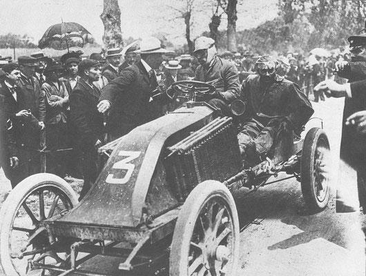 Renault. Parijs-Madrid 1903, gestaakt in Bordeau. Hier krijgt Louis Renault te horen van z'n broer Fernand  dat Marcel een ernstig ongeluk heeft gehad.