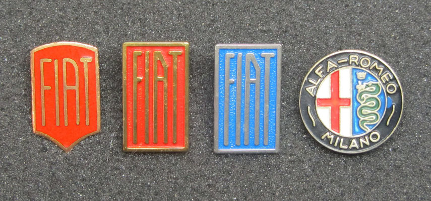 Fiat en Alfa Romeo speldjes, het linker speldje is geëmailleerd.