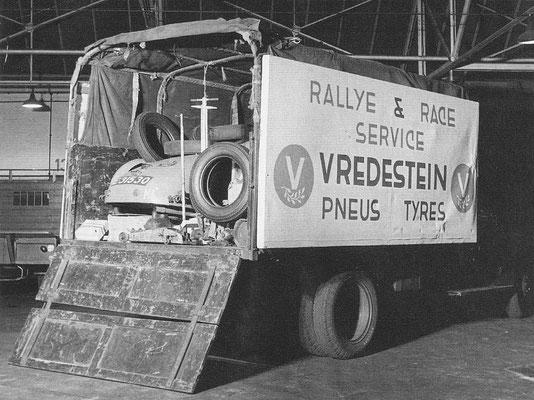 Tulpenrally 1953, de auto van Dries van der Lof wordt met pech teruggebracht naar Haaksbergen.