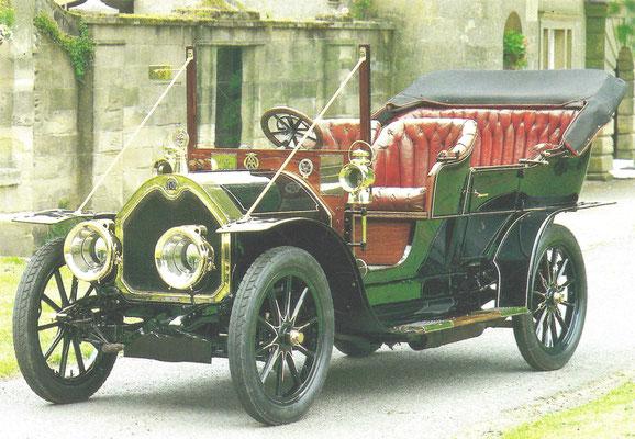 Deze Darracq viercilinder uit 1907 werd ontwikkeld uit de auto's die in 1902 de wedstrijd Parijs-Wenen reden, vier stuks eindigden bij de eerste negen.