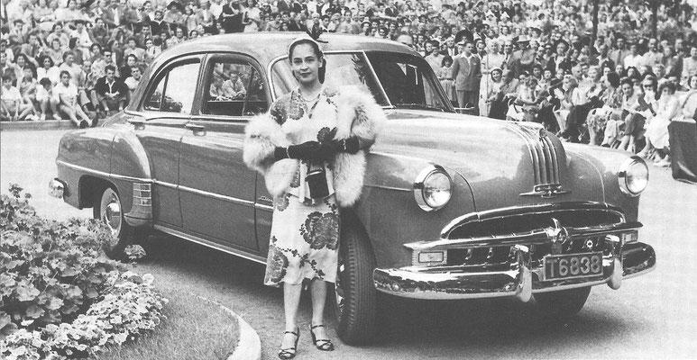 Een Pontiac Chieftain Sedan uit 1949 tijdens een concours d'élégance in 1950.