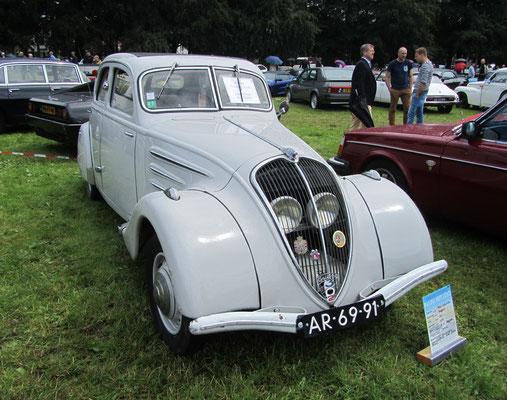 Een Peugeot 302 uit 1937 op het Concours d'Élégance 2016 op Paleis Het Loo in Apeldoorn.