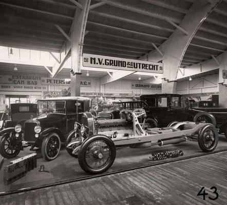 Een Isotta Fraschini en een Ansaldo worden tentoongesteld  op de RAI van 1924 in de stand van Grund & Co uit Utrecht.