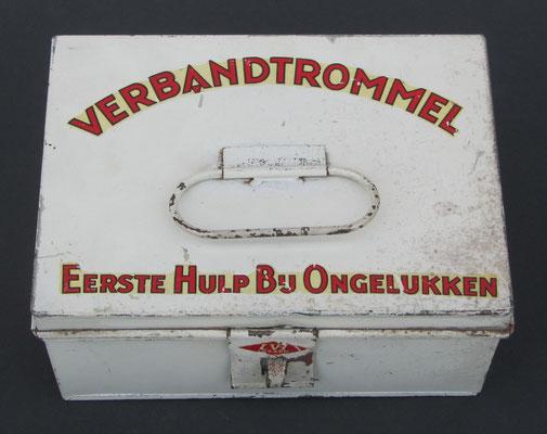"""Een blikken verbandtrommel van L. van Heek uit Losser. """"Eerste Hulp Bij Ongelukken""""."""