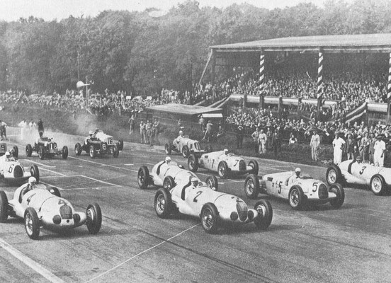 Dit is de Grand Prix in Donnington in 1937. Aan het eind van de dertiger jaren domineerden Mercedes-Benz en Auto Union de Grand Prix races.Op de foto zien we de auto's van Mercedes-Benz nr. 1, 2, 3 en 4  en de Auto union nr. 5 die de Grand Prix won.