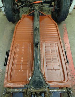 Body-off, nieuwe bodemplaten, afgelast en behandeld met roestwerende primer.