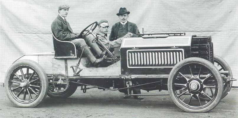Ettore Bugatti aan het stuur van de door hem ontworpen auto voor de wedstrijd Parijs-Madrid 1903.