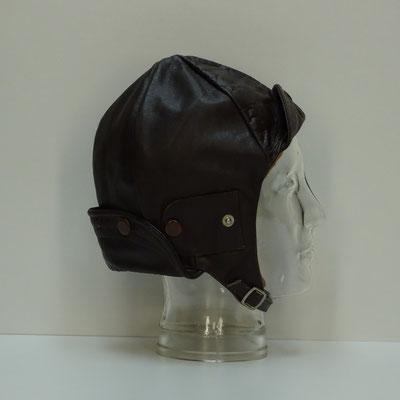 Een leren kap was de eerste vorm van hoofdbescherming, waarschijnlijk geïntroduceerd door luchtvaartpioniers.