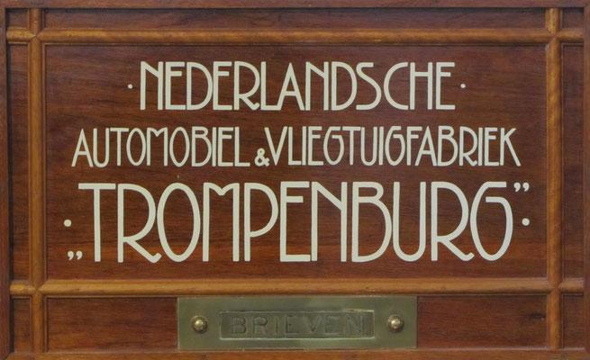 Het gerestaureerde naambord van Trompenburg. (Louwman Museum in Den Haag)