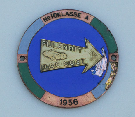 Geëmailleerd embleem van de pijlen-rit in 1956 van R.A.C. Oost.