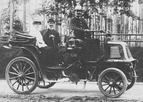 Een Daimler taxi uit 1899 in het Berlijnse Grünewald.