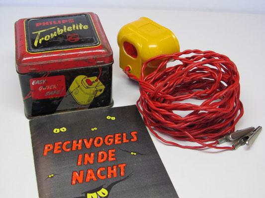 Een pechlamp Philips Troublelite met blikken trommeltje en originele folder.