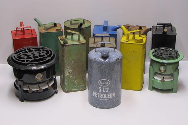Geëmailleerde petroleumstellen Esso, geëmailleerde petroleumkan Esso, blikken petroleumkannen Esso (1954), Shell (1962), BP, Caltex, PAM, Standard / APC (1937), Automaat 1928, Purfina en Sinfina.