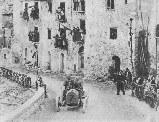 Nando Minioia met zijn Isotta-Fracschini op weg naar de tweede plaats in de Targa Florio 1907. Felice Nazarro met Fiat werd eerste.