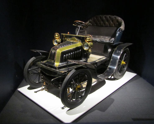 Darracq 8-HP two-seater uit 1901. (Louwman Museum in Den Haag)