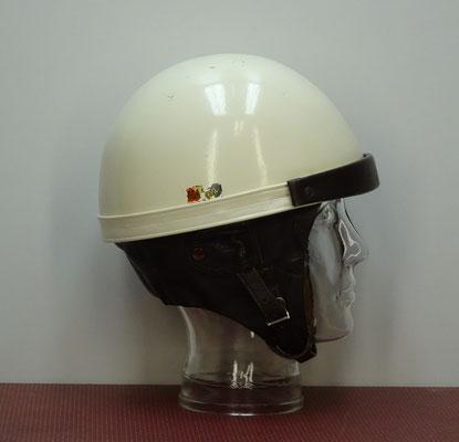 Een pothelm van het merk Hardy. De eerst (pot)helm met harde schaal werd gebruikt in 1914, tijdens een (motor)race  op het eiland Man.