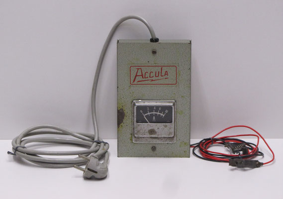 Accula acculader met metalen kast.
