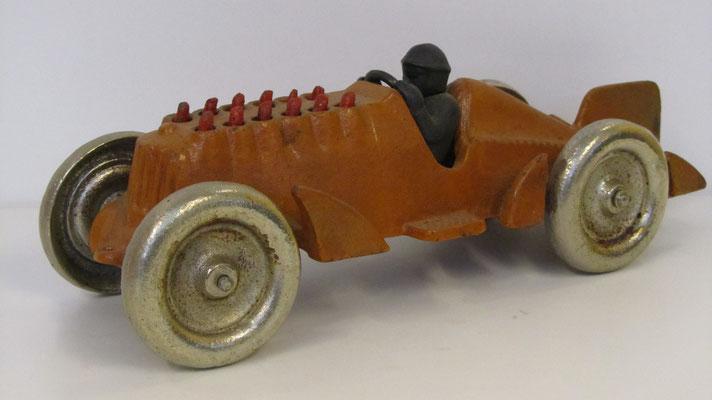 Gietijzeren racewagen.