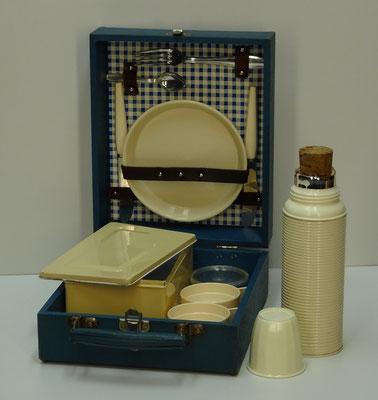 Duitse picknick koffer (picnic hamper), 2-persoons, uit midden vorige eeuw met o.a. een blikken trommel, een thermosfles met kukafdichting, 2x mes van Frauenlob Solingen en 2x aluminium vork en lepeltje van Wilesco Germany.