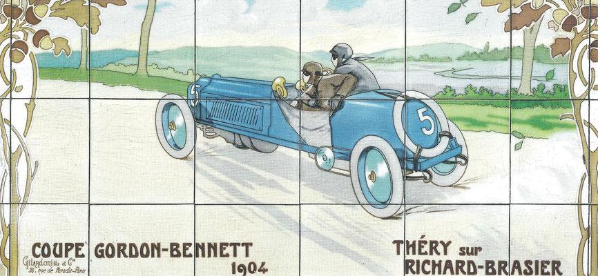 Een tegeltableau met daarop afgebeeld de winnaar Théry met een Brasier van de Coupe Gordon-Bennet in 1904.