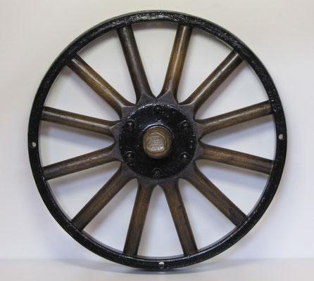 Een wiel van Ford met houten spaken.