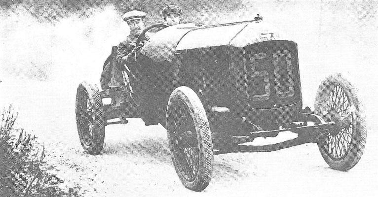 Een Excelsior uit 1913 met een zes-liter motor, aan het stuur de Belgische coureur Christiaens.