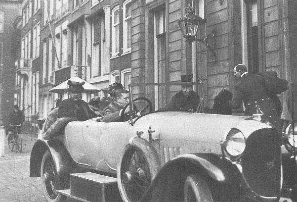 Koningin-moeder Emma in 1924 in een Spyker Tourer.