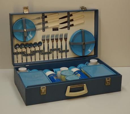Picknick koffer (picnic hamper), 6-persoons, uit midden vorige eeuw van Sirram (England) met o.a. 2x thermosfles Thermos Limited England en 2x sandwich box Brexton Steward 289 (England).