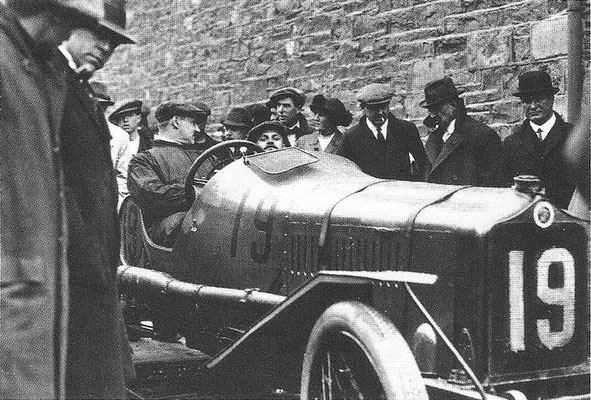 Een Minerva 3,3 liter bij de Tourist Trophy Race op Isle of Man in 1914.