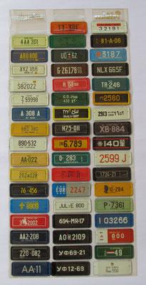 Verzameling van 51 metalen miniatuur kentekenplaten in de originele show-tas. Uitgegeven in de zestiger jaren door Sterovita. Te koop (dubbel aanwezig), 1 plaatje ontbreekt, prijs € 20,00 email: automobielhistorie@gmail.com