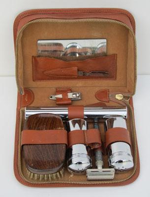 Reis-set voor persoonlijke verzorging compleet met scheer-benodigdheden in een lederen etui.