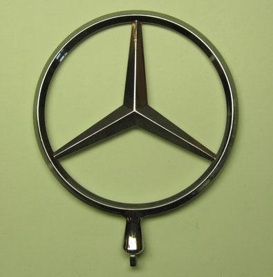 Een motorkap ornament van Mercedes-Benz.