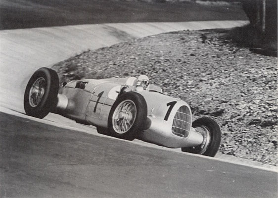 Bernd Rosemeyer met Auto Union in de Eiffelrennen 1937 op de Nürburgring.