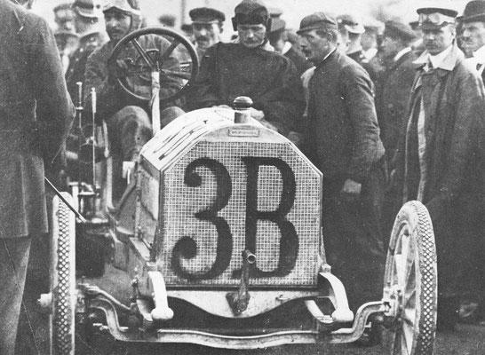 Carl-Jorns Opel start in de Keizersprijs-wedstrijd in 1907 met een 8 liter Opel. Drie van de vijf broers  Opel deden mee aan autosport.