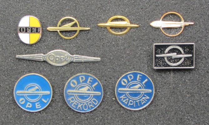 Opel speldjes, het speldje linksboven is geëmailleerd.