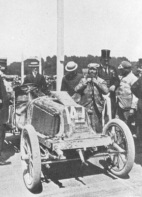Marcel Renault (met pet en baard) als winnaar van de wedstrijd Parijs-Wenen 1902.