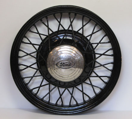 Een wiel van Ford met stalen spaken.