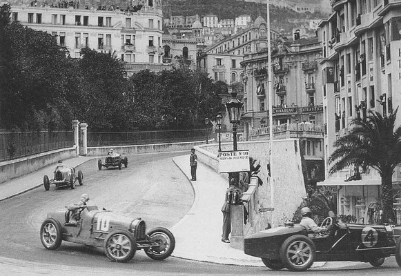Drie Bugatti's tpe 51 zetten de achtervolging in op de Alfa Romeo van Tazio Nuvolari in de Grand Prix van Monaco in 1933.