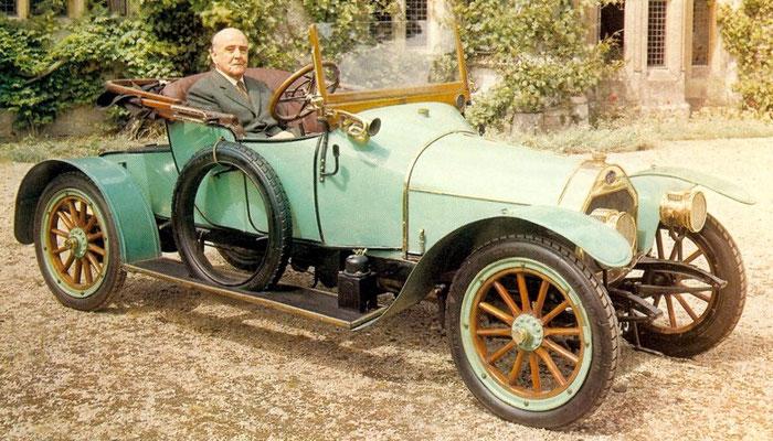 W. O. Bentley aaan het stuur van een DFP uit 1913.