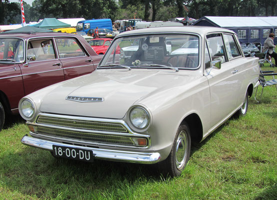 Een Ford Cortina 1200 uit 1967 op de oldtimerdag Saasveld 2016.
