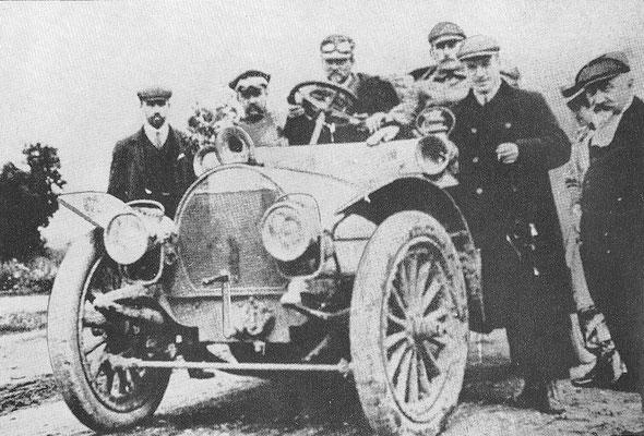 De Spyker in Moskou tijdens de wedstrijd Peking-Parijs in 1907 met Charles Godard achter het stuur.