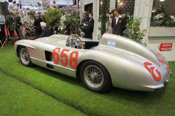 De Mercedes-Benz 300 SLR waarmee Juan Manuel Fangio in 1955 tweede werd in de Mille Miglia. (Techno Classica 2015 in Essen)
