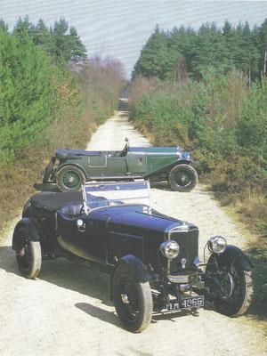 Sunbeam uit 1927 met dubbele nokkenas, op de achtergrond zijn grootste rivaal, de Bentley 4,5-liter uit 1928.
