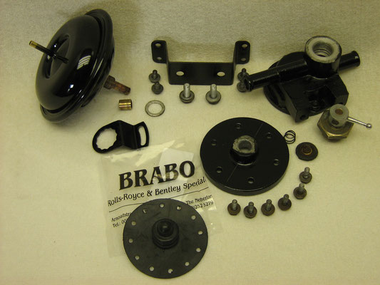 Eén van de twee verwarmingskleppen in onderdelen, het rubber diafragma is vernieuwd. De kleppen worden open-gestuurd op het vacuüm van de motor via schakelaars op het dashboard.