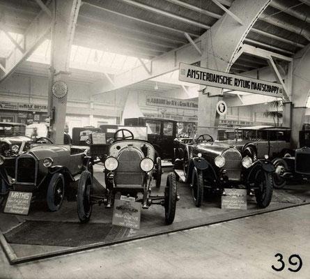 Stand van ARM uit Amsterdam op de RAI in 1924 met de merken Minerva, Mathis en Austro-Daimler.