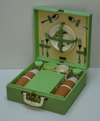 Picknick koffer (picnic hamper), 2-persoons, uit midden vorige eeuw van Brexton (England) met o.a. 2x thermosfles Vacco de luxe 0,45 litres (England), 1x food box en 2x glazen milk bottle.