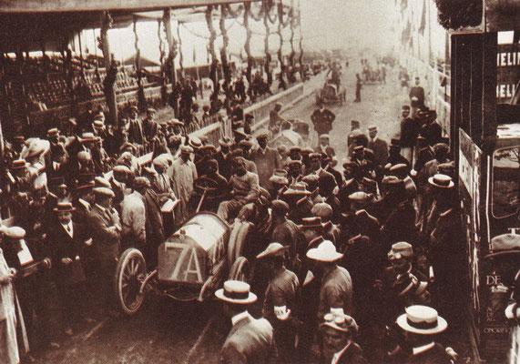Vincenzo Trucco met een Isotta-Frachini aan de start van de derde Targa Florio in 1908.