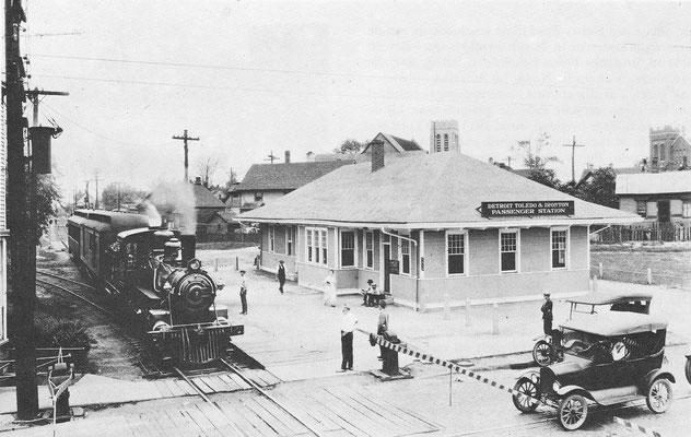 Een Amerikaanse spoorwegovergang in het begin van de twintiger jaren met een Ford Model T.
